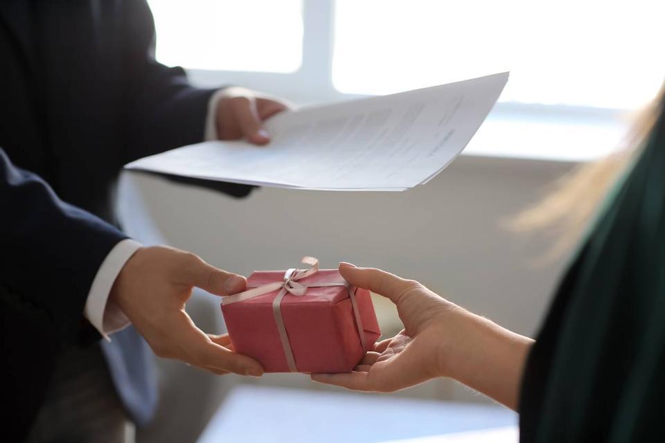 offrir un cadeau d'entreprise pour séduire un client